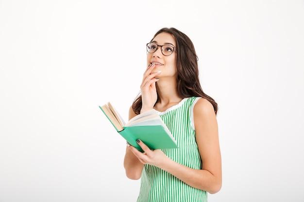 Portret van een nadenkend meisje in jurk en bril