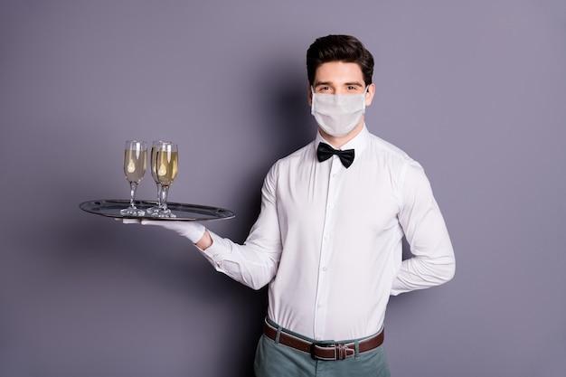 Portret van een ober die een veiligheidsmasker draagt, brengt sociale maatregelen ter preventie van drankinfluenza