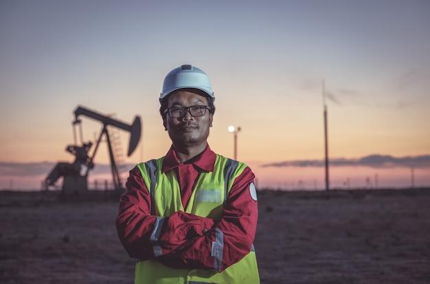 Portret van een oliearbeider op een veld