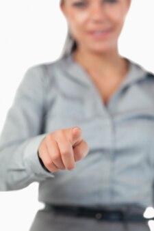 Portret van een onderneemster die op een onzichtbare sleutel drukt