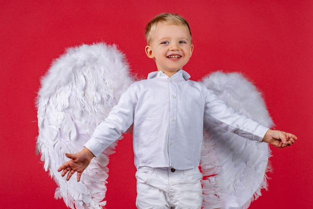 Portret van een onschuldige engel die er met liefde uitziet.