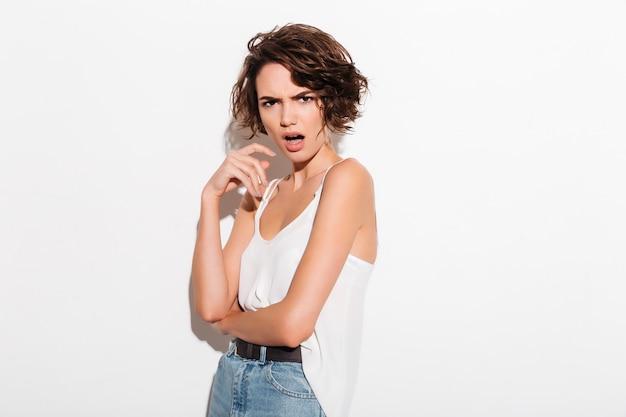 Portret van een ontevreden boos meisje poseren