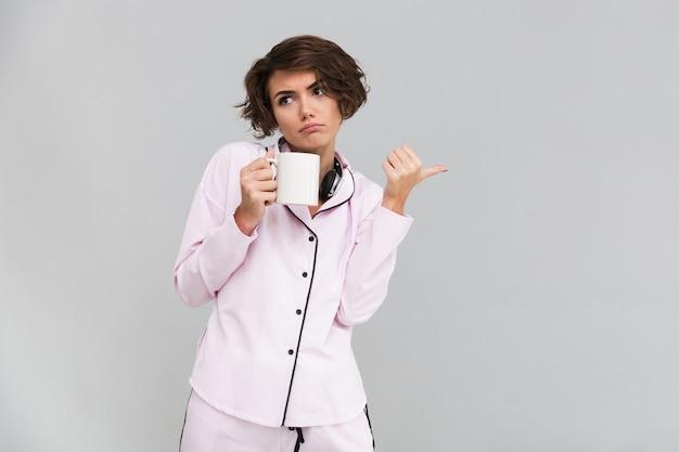 Portret van een ontevreden boos vrouw in pyjama