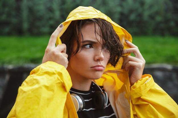 Portret van een ontevreden jonge tiener