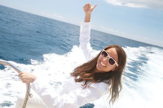 Portret van een ontspannende gelukkige vrouw op het bovendek van een cruiseschip