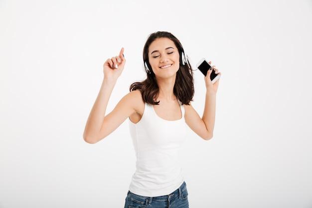 Portret van een opgetogen vrouw gekleed in mouwloos onderhemd