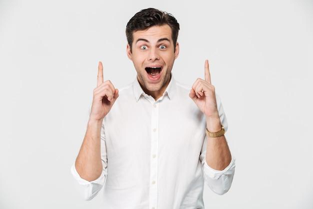 Portret van een opgewonden gelukkig man in wit overhemd