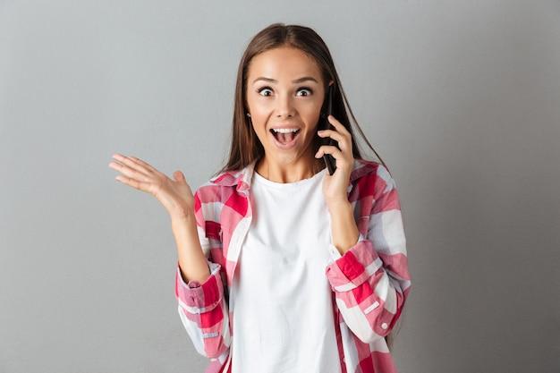 Portret van een opgewonden gelukkig vrouw in geruite overhemd