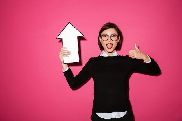 Portret van een opgewonden gelukkig zakenvrouw met pijl omhoog