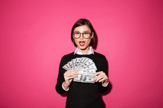 Portret van een opgewonden gelukkige zakenvrouw