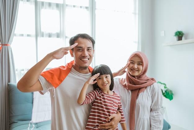 Portret van een opgewonden indonesische familieaanhanger die de camera groet