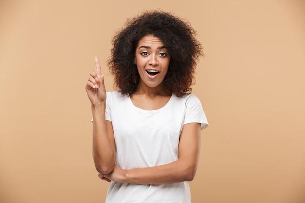 Portret van een opgewonden jonge afrikaanse vrouw wijzende vinger