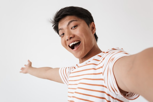 Portret van een opgewonden jonge aziatische man close-up