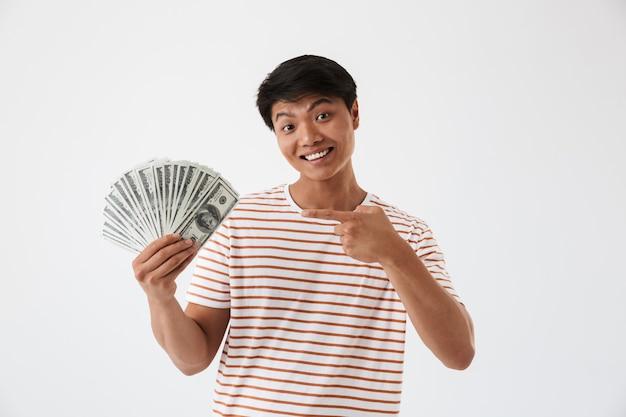 Portret van een opgewonden jonge aziatische man met geld