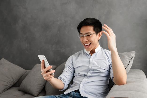 Portret van een opgewonden jonge aziatische man