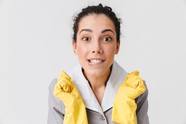 Portret van een opgewonden jonge huishoudster