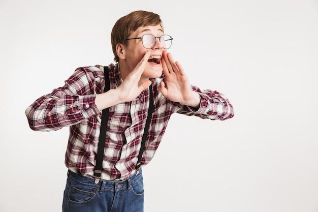 Portret van een opgewonden jonge kerel van de schoolnerd