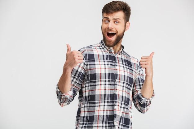 Portret van een opgewonden jonge man in geruite overhemd