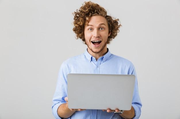 Portret van een opgewonden jonge man met shirt