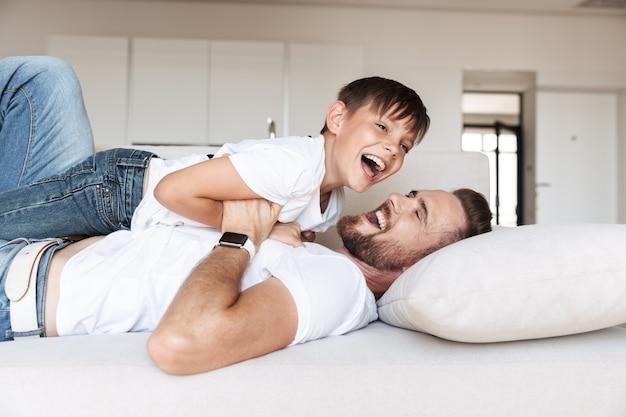 Portret van een opgewonden jonge vader en zijn zoon