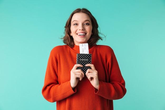 Portret van een opgewonden jonge vrouw gekleed in trui