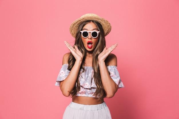 Portret van een opgewonden jonge vrouw in zomer kleding