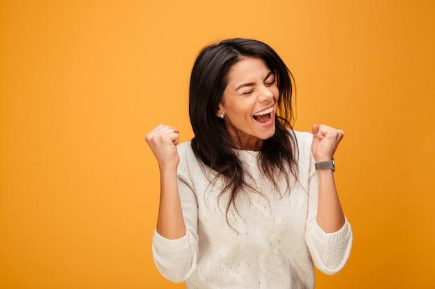 Portret van een opgewonden jonge vrouw viert succes