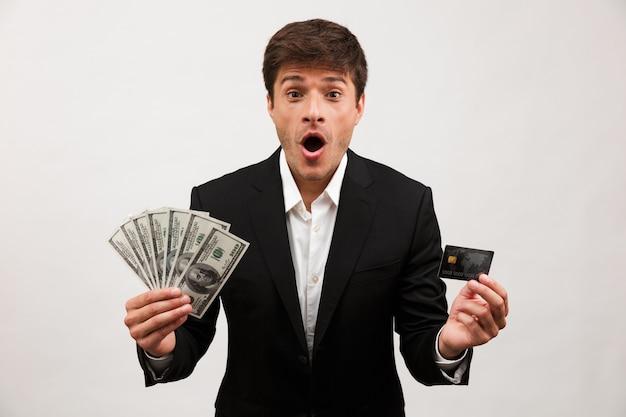 Portret van een opgewonden jonge zakenman die staat