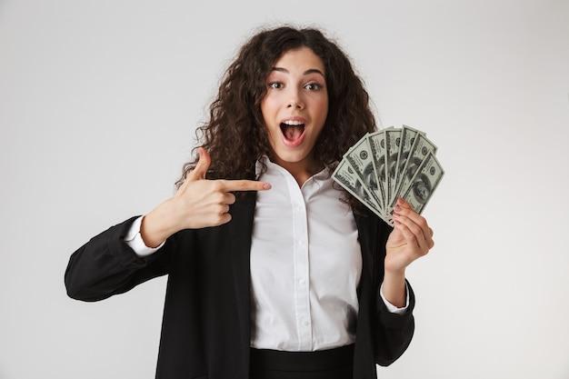 Portret van een opgewonden jonge zakenvrouw