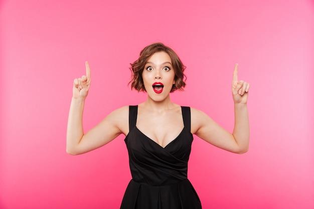 Portret van een opgewonden meisje, gekleed in zwarte jurk