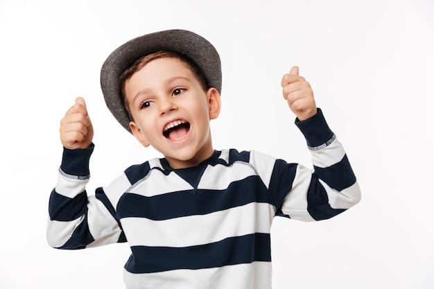 Portret van een opgewonden schattige kleine jongen in een hoed