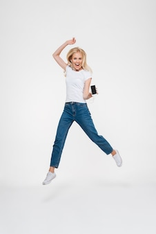 Portret van een opgewonden vrolijke blonde vrouw