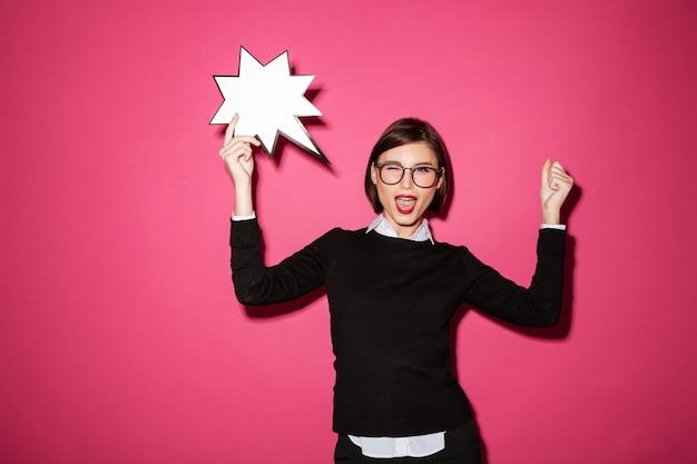 Portret van een opgewonden vrolijke zakenvrouw met uitroep tekstballon