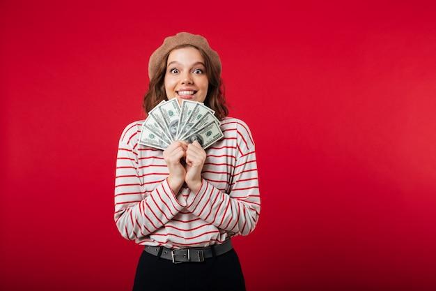 Portret van een opgewonden vrouw die baret draagt