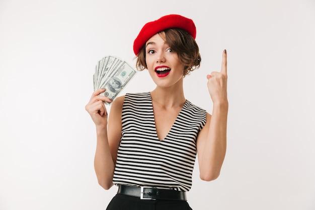 Portret van een opgewonden vrouw die rode baret draagt