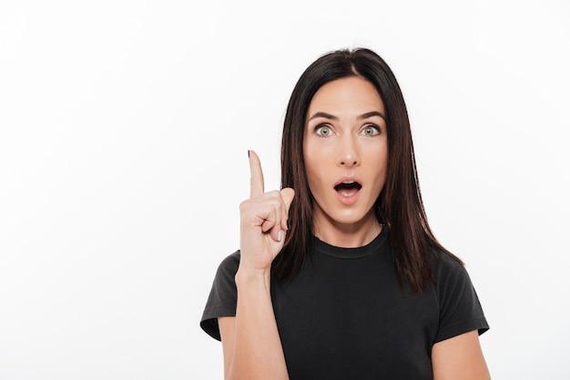 Portret van een opgewonden vrouw die vinger omhoog poiting