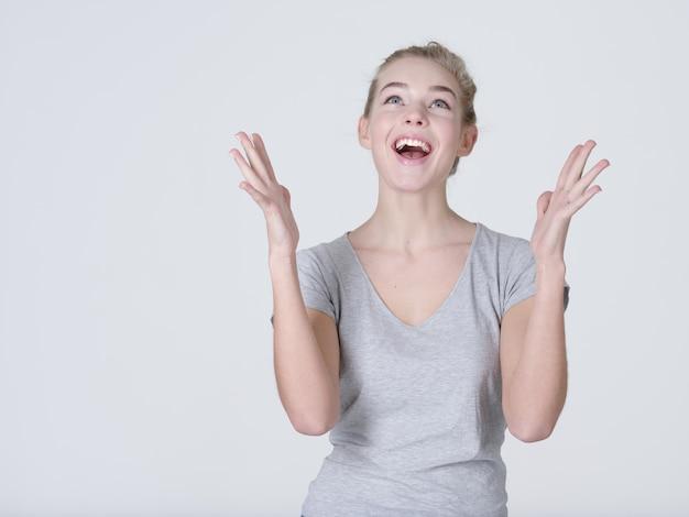 Portret van een opgewonden vrouw met positieve emoties - op witte achtergrond
