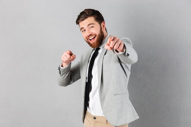 Portret van een opgewonden zakenman gekleed in pak