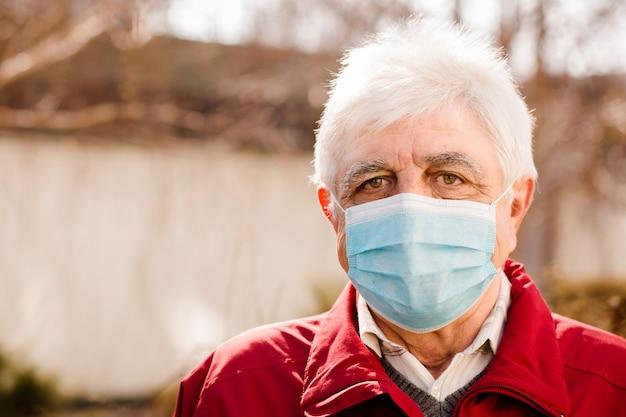Portret van een oude man in een beschermend masker