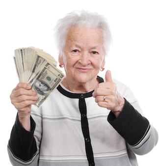 Portret van een oude vrouw die geld in de hand houdt en ja geïsoleerd teken toont