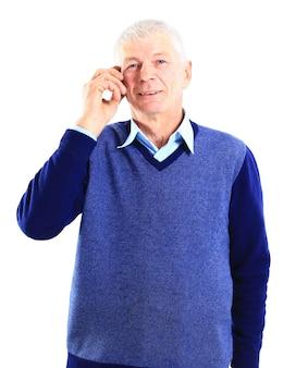 Portret van een oude zakenman die in diepe gedachten verzonken is tegen een witte achtergrond.