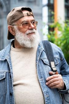 Portret van een oudere man buiten in de stad