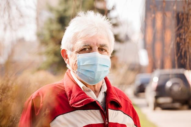 Portret van een oudere man in een masker