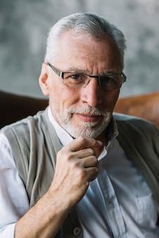 Portret van een oudere man met een bril