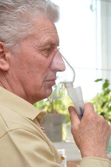 Portret van een oudere man met griep
