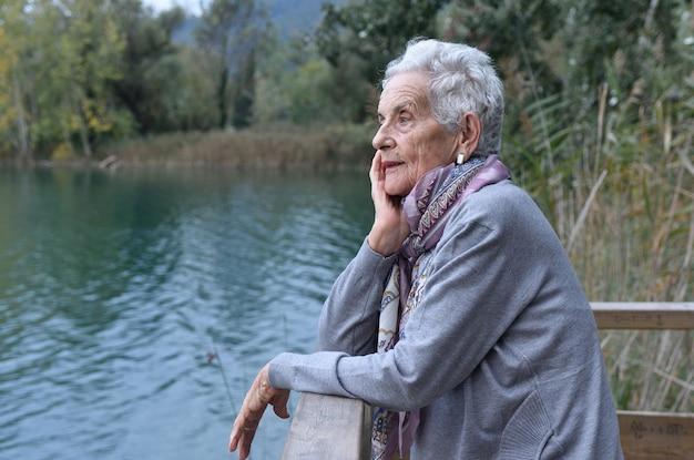 Portret van een oudere vrouw aan de buitenkant