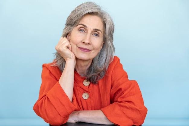 Portret van een oudere vrouw die een rood shirt draagt