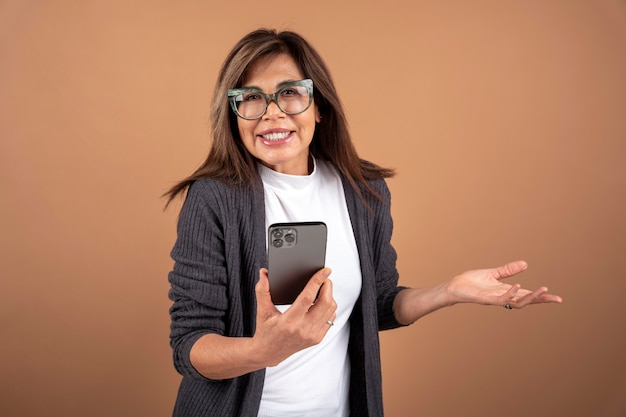 Portret van een oudere vrouw die haar smartphone gebruikt