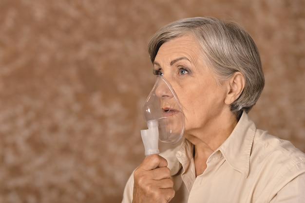 Portret van een oudere vrouw die inhaleert