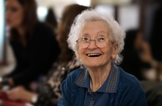 Portret van een oudere vrouw die lacht